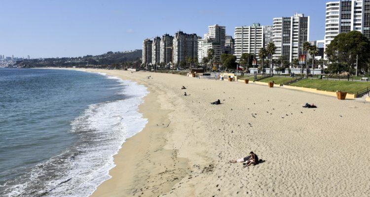 Autoridades de Valparaíso y O'Higgins piden al gobierno frenar a los «veraneantes en cuarentena»