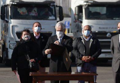 Presidente Piñera firma proyecto que incrementa penas a quienes quemen vehículos motorizados