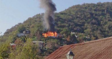 Incendio en ladera de un cerro consume totalmente una vivienda en la comuna de Olmué